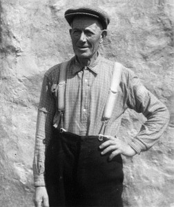 Dòmhnall 'Laraidh' Mac an t-Saoir. B' e Calum MacGilleathain a thog an dealbh ann an Loch Aoineart, Uibhist a Deas, An t-Ògmhios, 1958. An dealbh le cead coibhneil Thasglann Sgoil Eòlais na h-Alba, Oilthigh Dhùn Èideann.